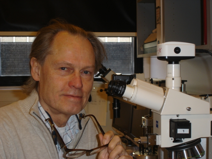 Dr Harrit at the microscope